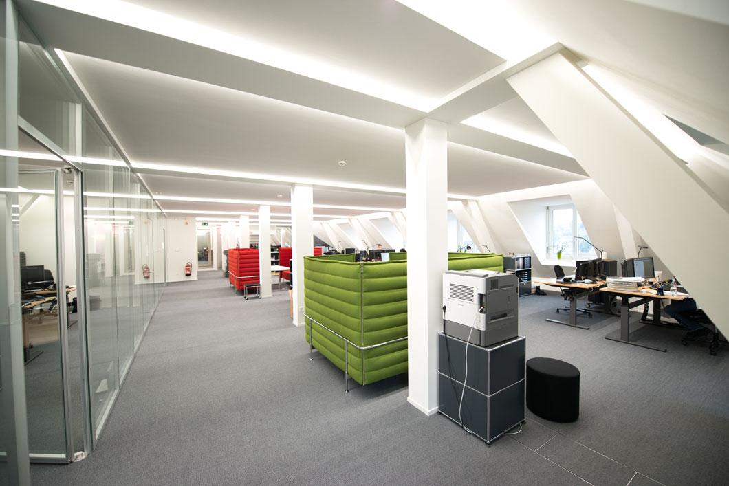 Ein Großraumbüro mit BASWA Cool an der Decke. Dadurch wurde nicht nur die Raumakustik entscheidend verbessert, auch der Wunsch einer leistungsstarken Kühldecke konnte erfüllt werden. Projekt: SUVA St. Gallen