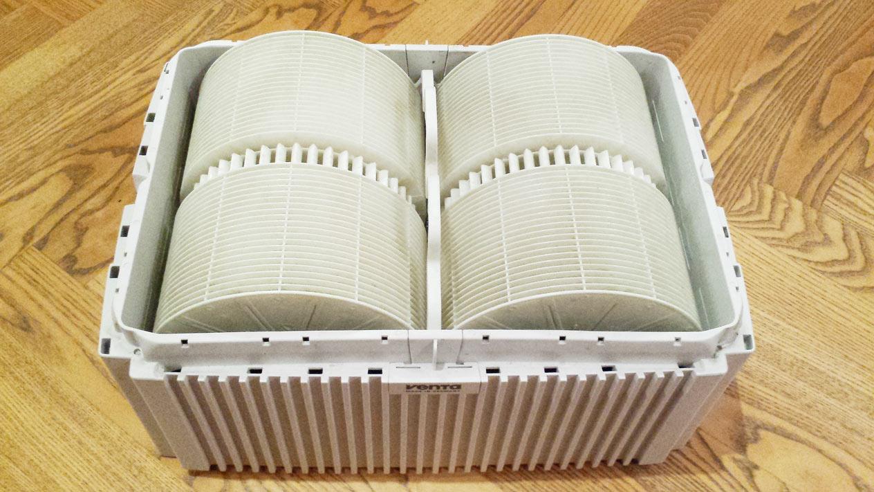 Der geöffnete Luftwäscher, die Scheibenpakete sind sichtbar. Der Behälter wird vor dem Einsatz einfach mit Wasser gefüllt, das Oberteil darauf gesetzt und schon kann es los gehen.